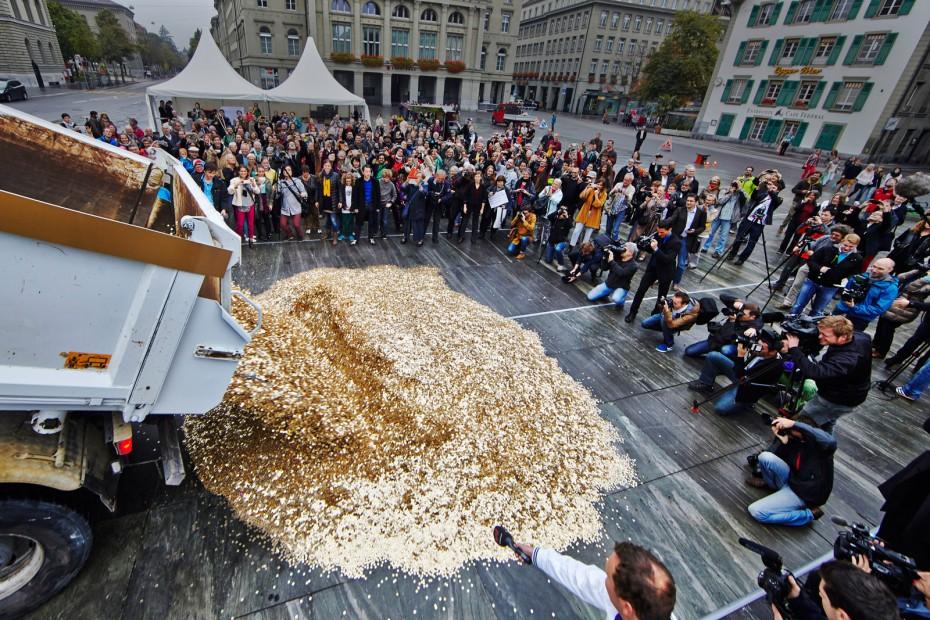 Zur Übergabe der 126.000 Unterschriften für die Volksinitiative in der Schweiz schütten die Initiatoren der Grundeinkommensinitiative 8 Millionen Fünf-Rappen-Stücke auf den Bundesplatz in Bern. Foto: Hansjörg Walter