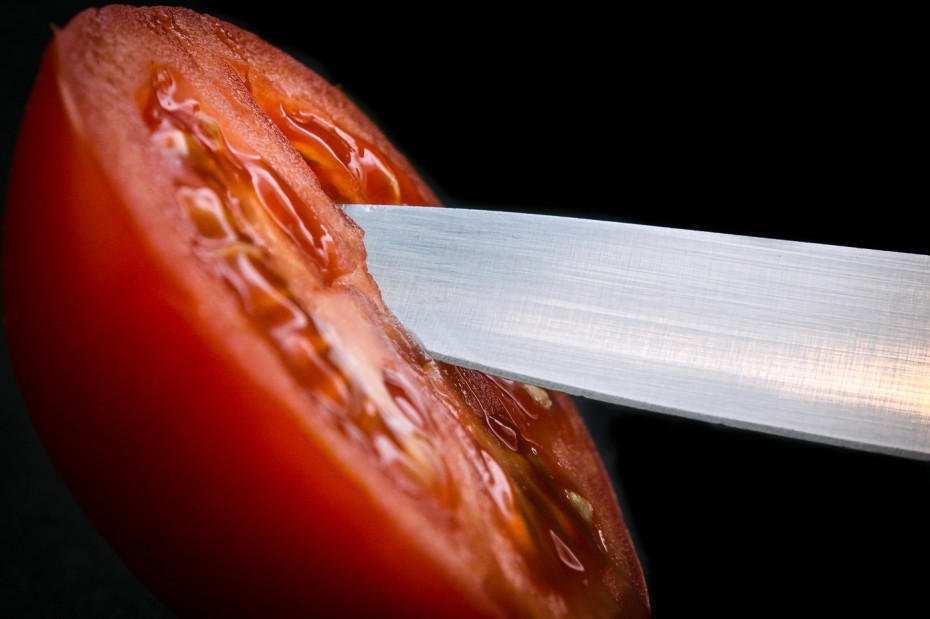 Tomate und Messer, Foto: CC BY-ND 2.0 by Frank Lindecke, flickr https://flic.kr/p/dN9JTh
