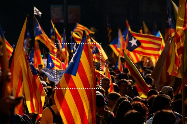 Titelfoto: Stasiu Tomczak, 017 - Barcelona - Marxa cap a la independencia. Via: https://flic.kr/p/dadXZe. Änderungen am Bild durch ROSEGARDEN vorgenommen.