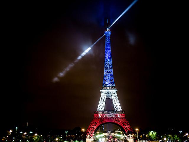 Titelfoto: Yann Caradec. La tour Eiffel illuminée en bleu blanc rouge - Fluctuat nec Mergitur - Liberté, égalité, fraternité. Via: https://flic.kr/p/AwdfDF.