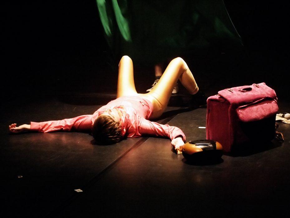 """Aus der Aufführung """"Zerstörung für Anfänger"""" in München, Foto: Diana Akoto Yip"""