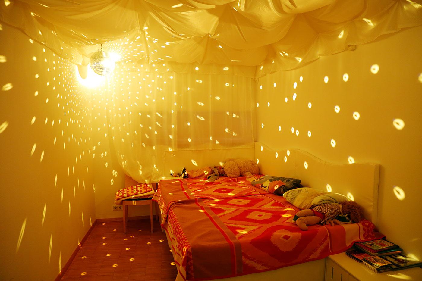 Snoezelen-Raum mit Licht-, Klangeffekten und Wasserbett; Foto: Kinderhospiz St. Nikolaus